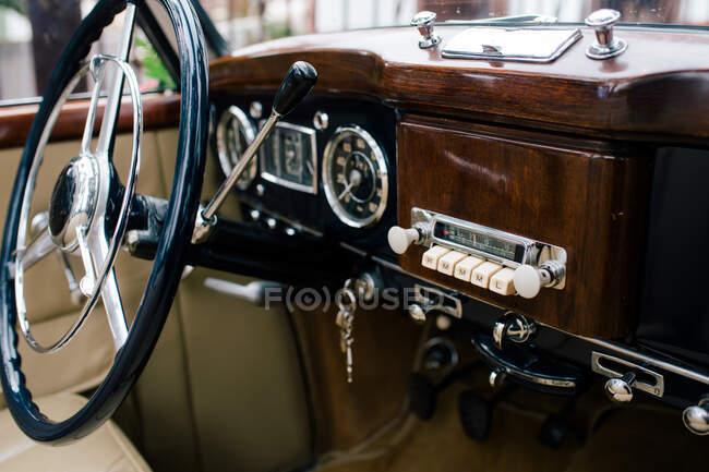 Fragmento de volante de metal y tablero de instrumentos del automóvil clásico antiguo - foto de stock