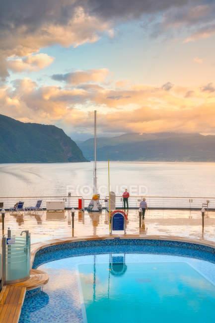 Erstaunliche Schwimmbad mit transparentem klarem Wasser reflektiert blauen bewölkten Himmel in Jacht in ruhiger See in Norwegen — Stockfoto