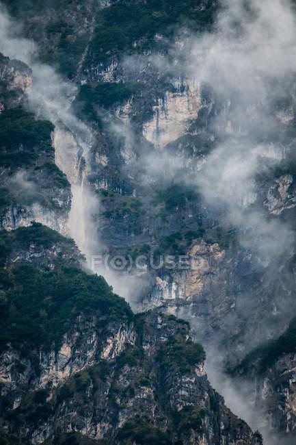 Evergreen montanhas florestais misteriosas sob névoa nebulosa e nublada na Áustria — Fotografia de Stock