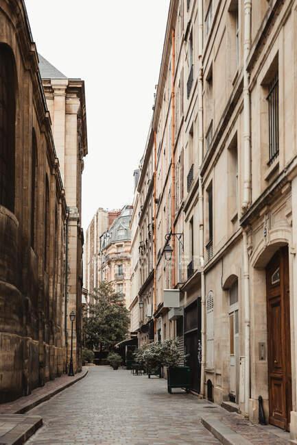 Urbane Straße eines alten Viertels mit gotischer Architektur in Paris — Stockfoto