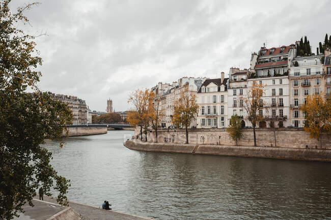 Vista de edificios antiguos y el río desde el paseo marítimo de Francia en otoño - foto de stock
