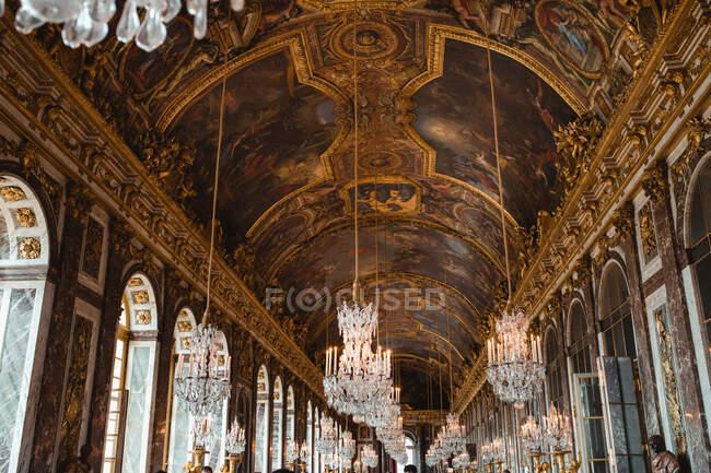 Techo de pintura con fresco y lámpara de araña en el palacio de París - foto de stock