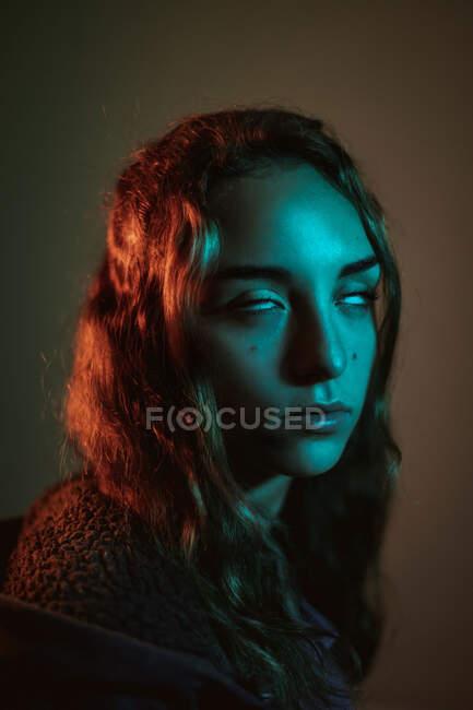 Misteriosa joven modelo femenina con los ojos enrollados en el estudio - foto de stock