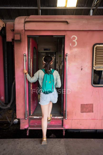 Vue arrière du voyageur en train de véhicule d'embarquement décontracté à la gare de Colombo au Sri Lanka — Photo de stock