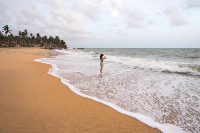 Donna pacifica al mare solitario — Foto stock