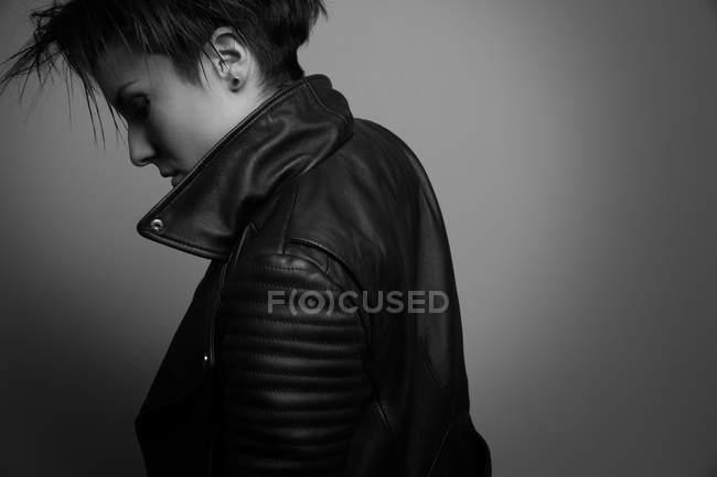 Robuste jeune femme forte en veste en cuir en studio — Photo de stock