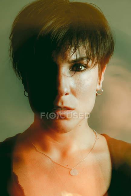 Jeune femme sensuelle et réfléchie en studio — Photo de stock