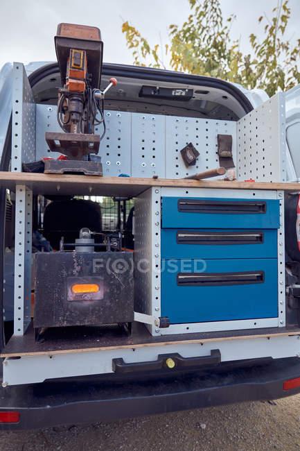 Schmied draußen im Wohnwagen — Stockfoto