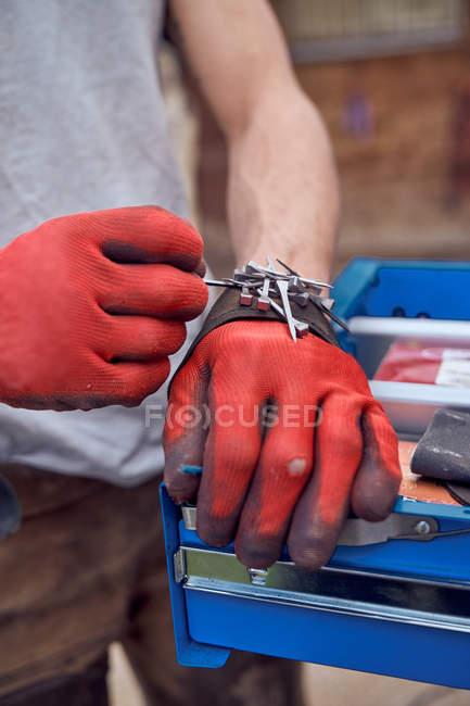 Руки с красными перчатками работают — стоковое фото
