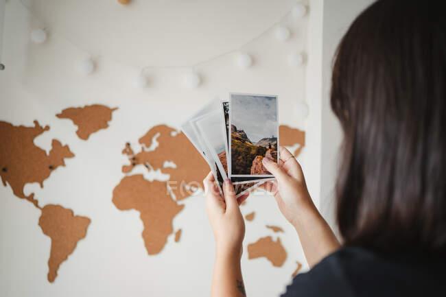 Невпізнавана жінка дивиться фотографії вдома. — стокове фото