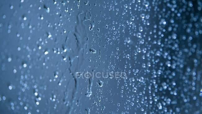 Gotas de agua sobre fondo azul - foto de stock