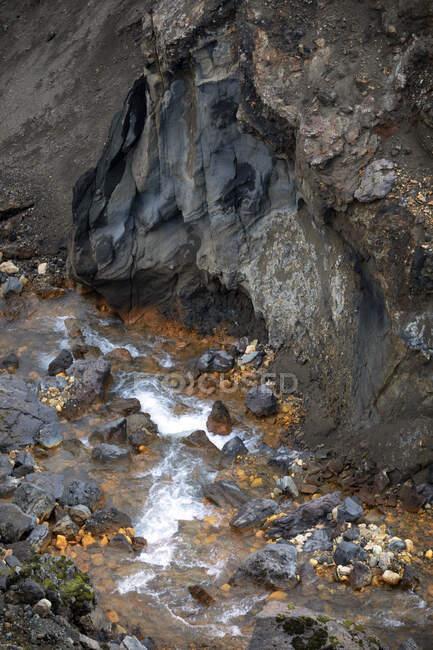 Pintoresca vista del pequeño río de montaña en el terreno volcánico de Islandia nórdica - foto de stock