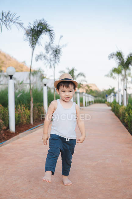 Ásia criança andando descalço no rua — Fotografia de Stock