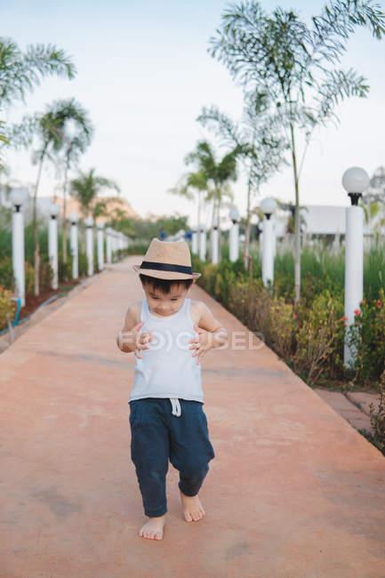 Asiatico bambino a piedi nudi in strada — Foto stock
