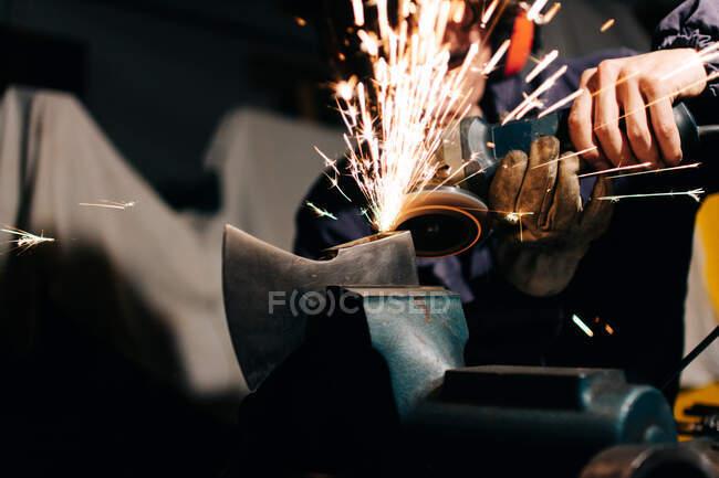 Рабочий топор с электрической шлифовальной станкой — стоковое фото