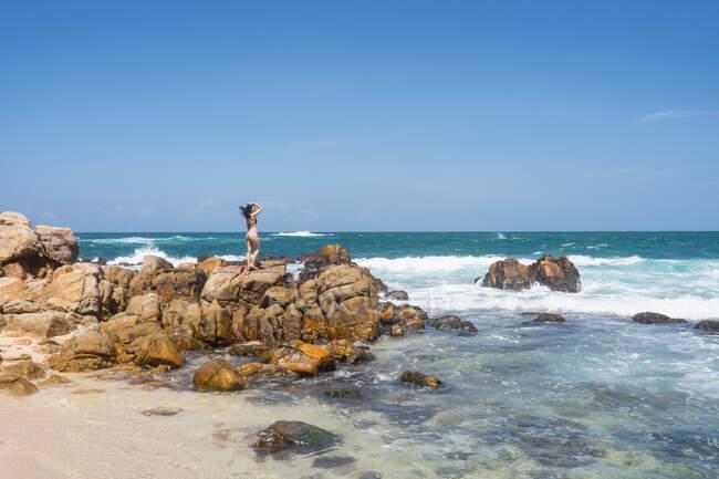 Riposo signora deliziare in tempo sul mare vuoto — Foto stock