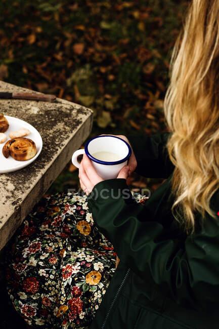 Faceless lady having picnic in park — стоковое фото