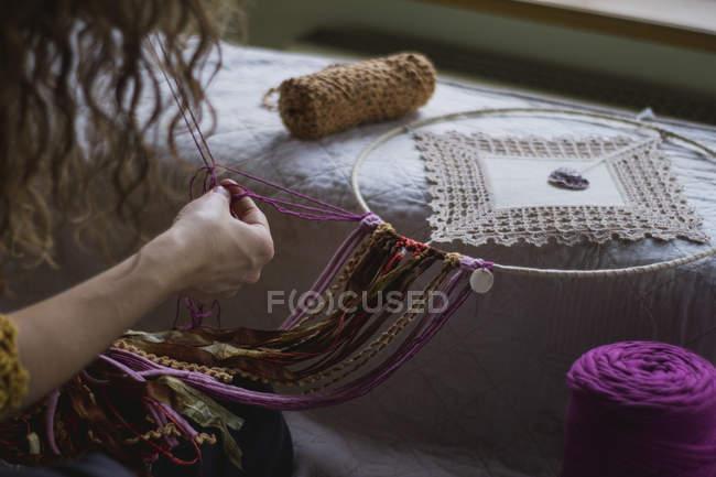 Imagem cortada da mulher criando handmade sonhador com fios longos passar tempo em casa — Fotografia de Stock