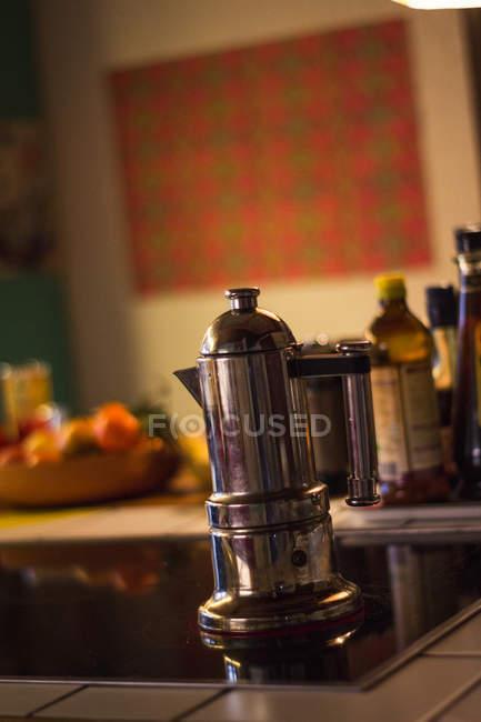 Горячий напиток готовят в кофейне на электрической плите на кухне современного дома — стоковое фото