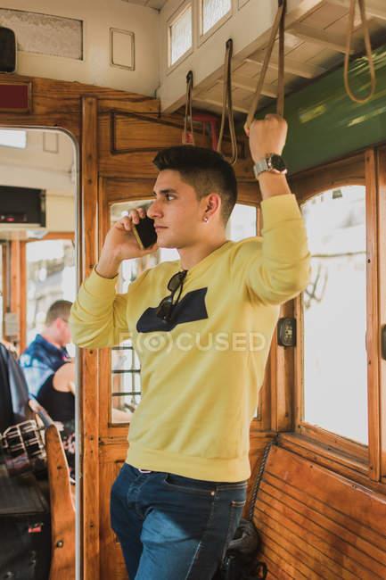 Homme parlant au téléphone pendant qu'il roulait dans le train — Photo de stock
