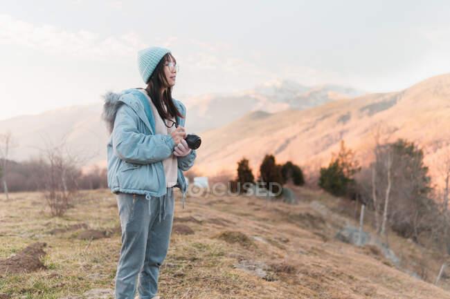Mujer tomando fotos con cámara de paisaje - foto de stock