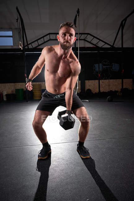 Стронгмен, поднимающий тяжести, как делает силовые упражнения в спортивном зале для кросс-фитнеса. — стоковое фото
