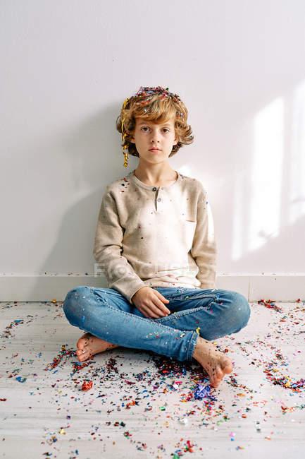 Діти у повсякденному одязі бавляться з конфетті вдома. — стокове фото