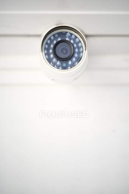 Caméra de sécurité numérique au mur de l'entrepôt, gros plan — Photo de stock