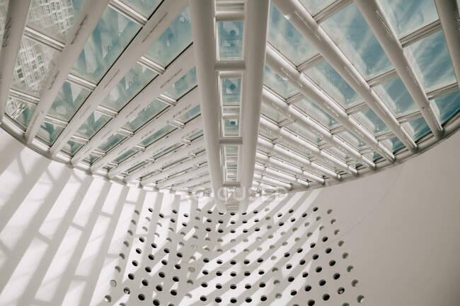 Du dessous du toit de verre et de métal dans un bâtiment moderne par temps ensoleillé à la plage de Venise — Photo de stock
