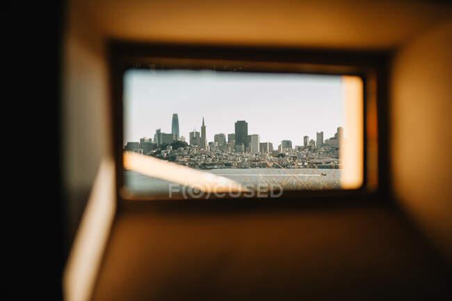 Вид на современный город из небольшого окна на пляже Венице в солнечный день — стоковое фото