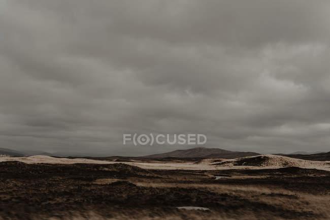 Пейзаж осеннего широкого парка с холмами и туманом осенью в облачный день — стоковое фото