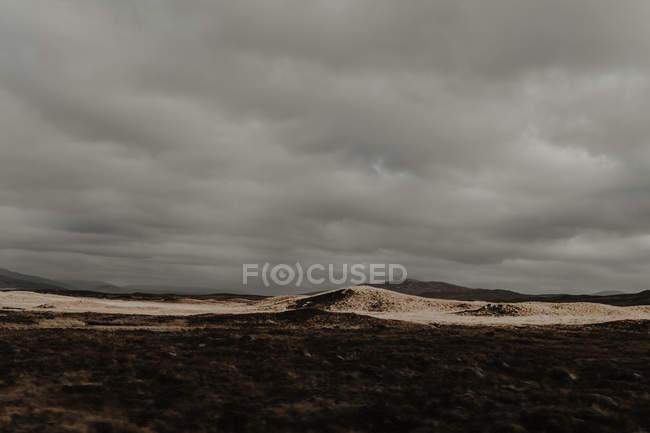 Paysage du grand parc automnal avec collines et brouillard en automne par temps nuageux — Photo de stock