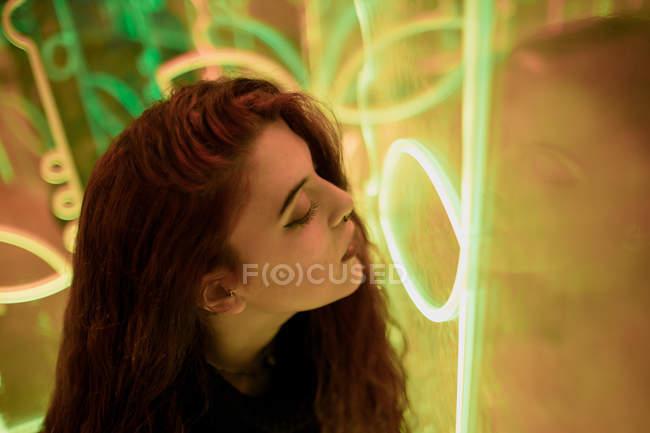 Stilvolle melancholische brünette Leuchtreklame lehnt an Wand an der Stadtstraße — Stockfoto