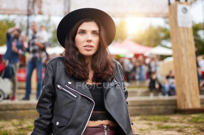 Ніжна жінка з довгим волоссям, з думкою відводить погляд у ясний день у парку на свято — стокове фото