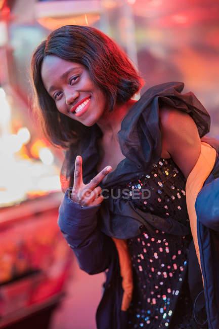 Mulher negra alegre na feira de diversão — Fotografia de Stock