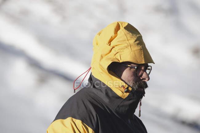 Traveler walking along snowy mountain — Stock Photo