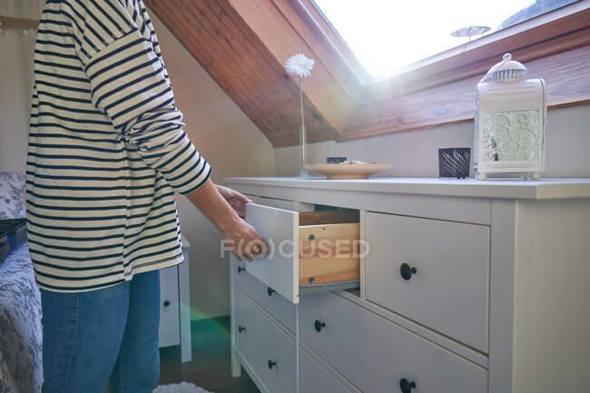 Жінка - коп у шухляді. — стокове фото