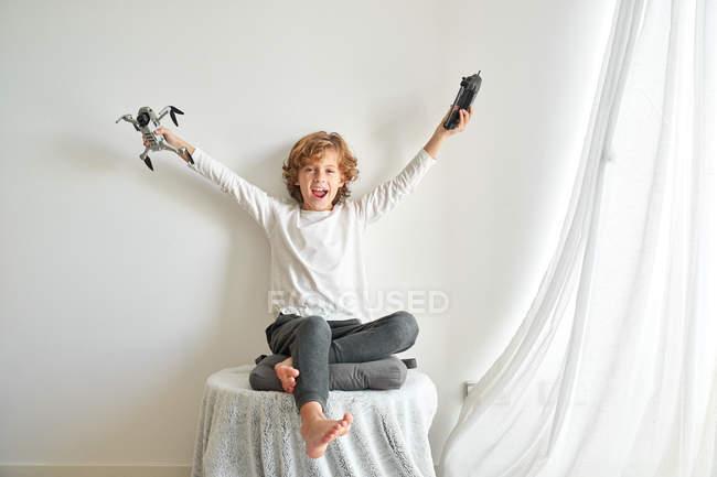 Bambino che manipola un drone e il telecomando appena dato a lui — Foto stock