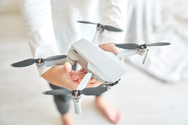 Abgeschnittenes Bild von Kind mit Drohne — Stockfoto