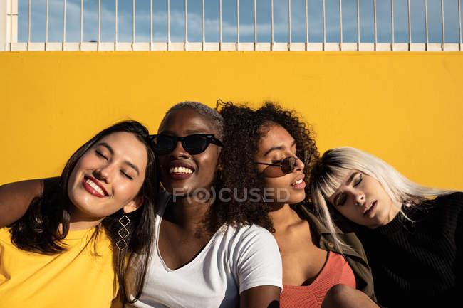 Joyeux jeunes étudiantes multiraciales appréciant passe-temps sur le stade — Photo de stock