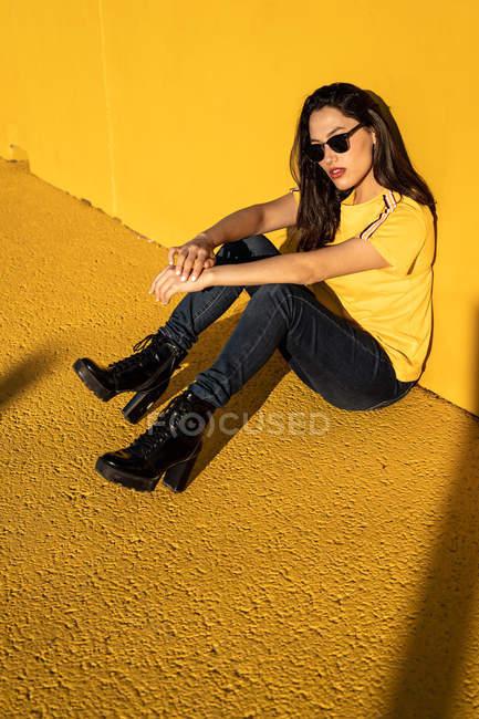 Mujer joven y tranquila disfrutando de la luz del sol en el estadio - foto de stock