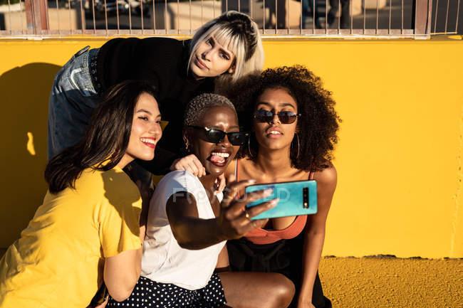 Jovens alegres diversas amigas tirando selfie no smartphone na rua — Fotografia de Stock