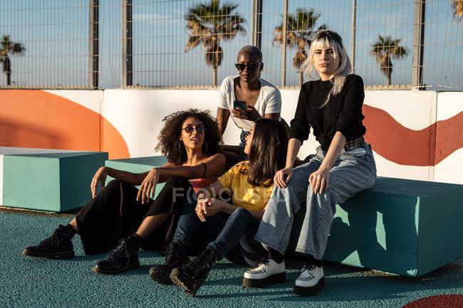 Allegro giovani amici femminili multirazziali godendo il tempo libero in strada — Foto stock