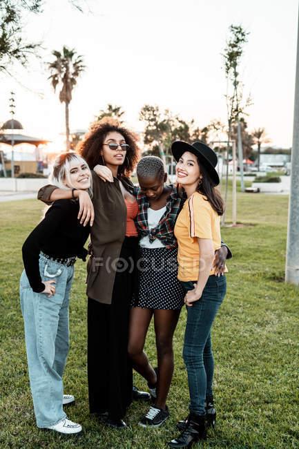 Gruppo multietnico di hipster donne che si coccolano con ognuno — Foto stock