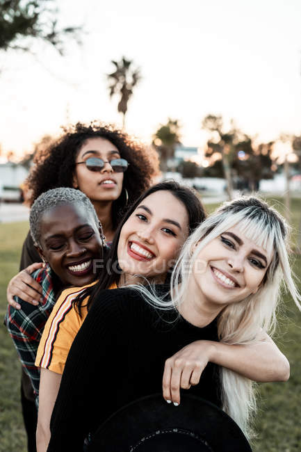 Multiethnische Gruppe weiblicher Hipster kuschelt mit jedem — Stockfoto