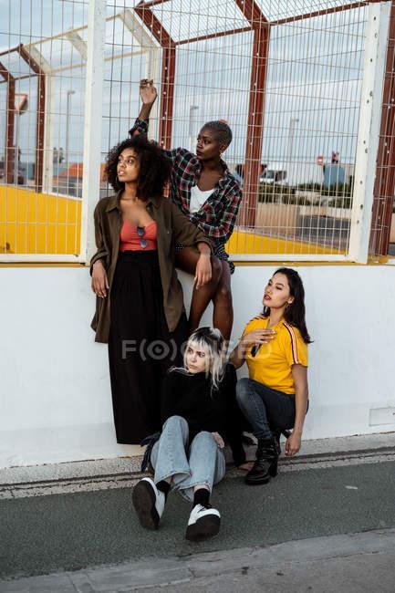 Junge Frauen in lässiger Kleidung schauen mit furchtlosen Augen weg — Stockfoto