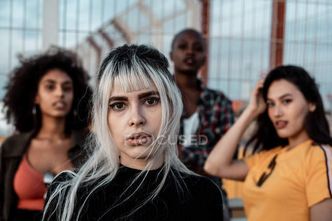 Junge Frauen in legerer Kleidung blicken mit furchtlosen Augen in die Kamera — Stockfoto