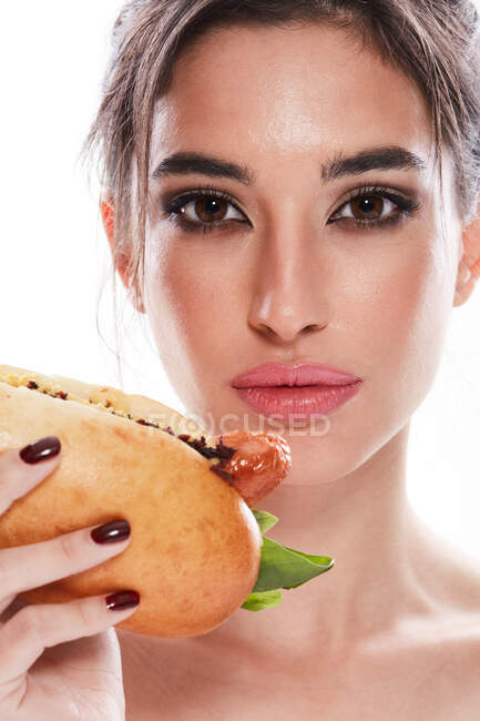 Perfect fashionable woman with hot dog — Stock Photo