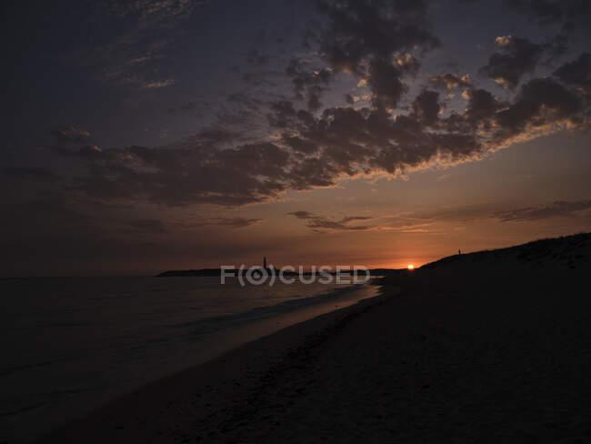 Beau coucher de soleil sur la mer avec ciel nuageux — Photo de stock