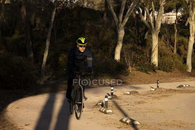Тренування велосипедиста на велодоріжці в парку. — стокове фото
